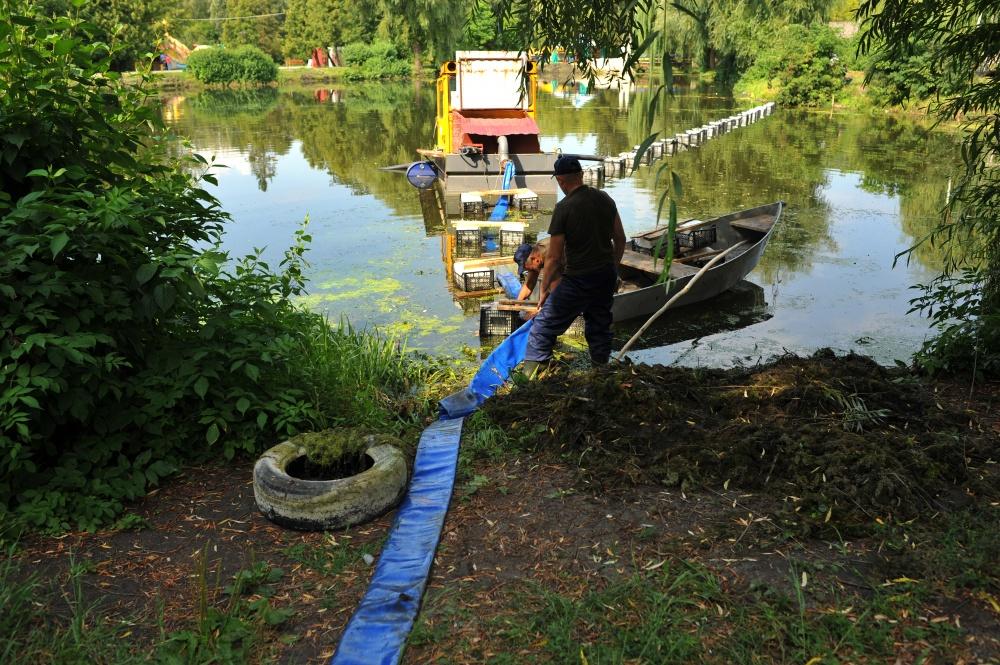 викачування намулу з водойми у Тернополі