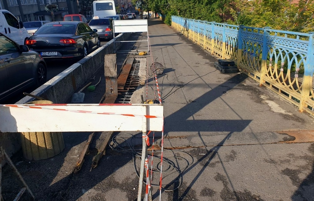 ремонт тротуару на шляхопроводі  біля політеху