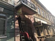 У Тернополі демонтували вивіски, які незаконно розміщені на стінах будинків на вул. В. Чорновола