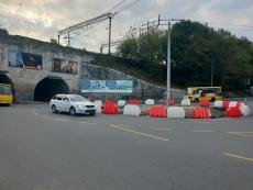 Біля двоаркового мосту розпочали влаштовувати постійне кругове перехрестя