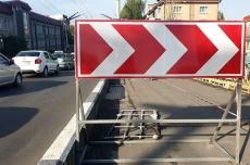 На шляхопроводі біля технічного університету ремонтують пошкоджені тротуарні плити