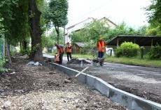 На вул. Шкільній ремонтують пішохідну доріжку