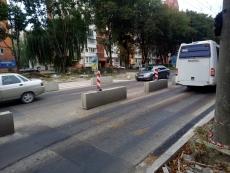 Завершуються роботи з облаштування підвищеного пішохідного переходу на проспекті Злуки
