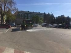 На центральних вулицях Тернополя працюють поливальні машини