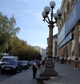 У центрі Тернополя комунальники реставрують вуличні ліхтарі
