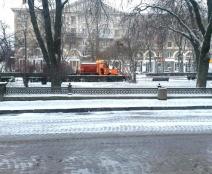 Міські комунальні служби та підрядні організації впродовж доби здійснювали нічні чергування та очищали місто від снігу