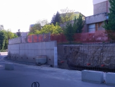Триває капітальний ремонт підпірної стіни на вулиці Миру