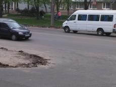 На проспекті Злуки у Тернополі ремонтують дорогу
